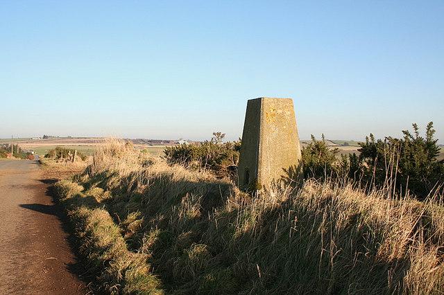 Roadside triangulation pillar at Cairnbanno