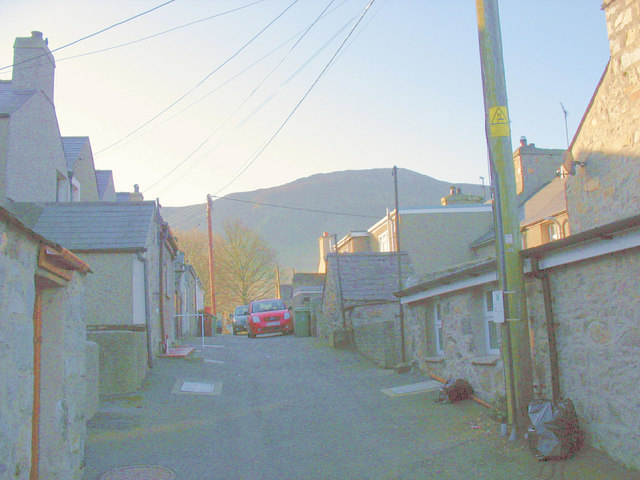 Lon Gefn - a Trefor back lane in the early morning