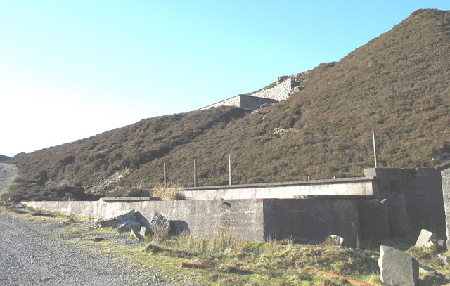 Twin reservoirs serving the top crusher