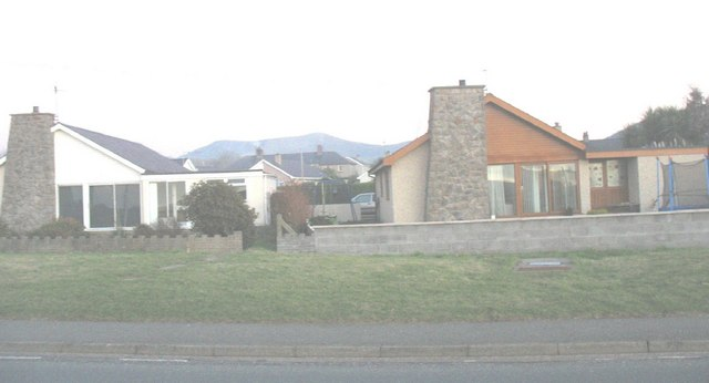 Bungalows alongside the A499 at Pontllyfni