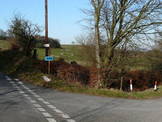 Cyffordd Ffordd ger Bethania / Road junction near Bethania