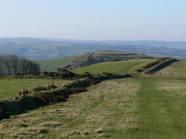 Llwybyr cyhoeddus ar dir amaethyddol / Public footpath on agricultural land