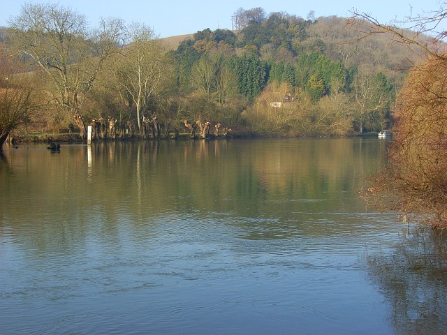 The River Thames, Goring