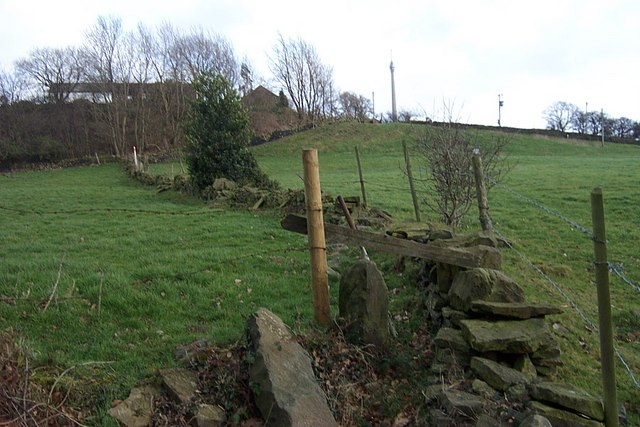 Footpath alongside ruined wall, Thorncliffe