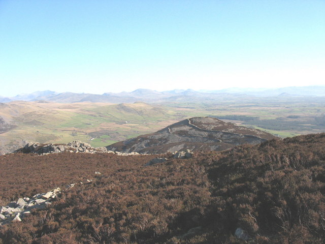 View east across the summit plateau of Yr Eifl