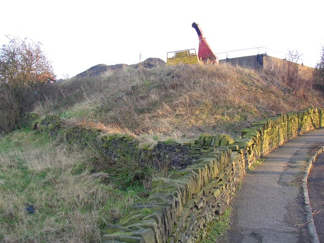 Walls and embankment, Ridge End, Pinfold Lane, Fixby