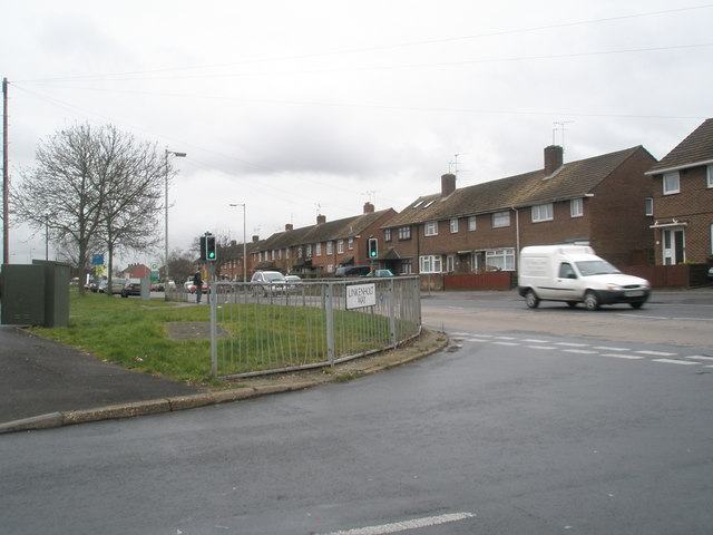 Junction of Linkenholt  Way and Purbrook Way