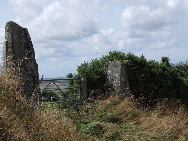 Parc y Meirw standing stone gateway