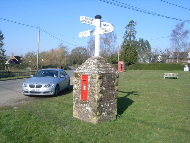 Splayne's Green signpost and postbox