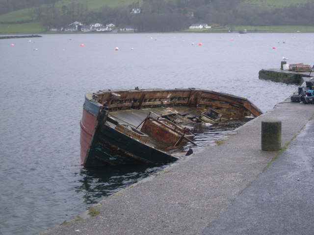Port Bannatyne Pier and sinking boat