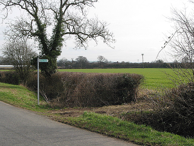 Footpath leading to a tunnel under the M50