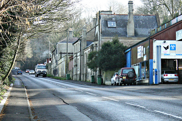 2008 : Garage and houses on the A4 at Box Hill