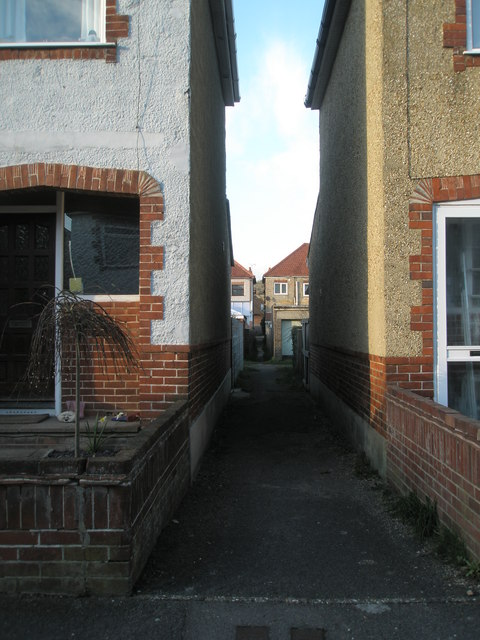 Alley between Pangbourne and Langdale Avenues