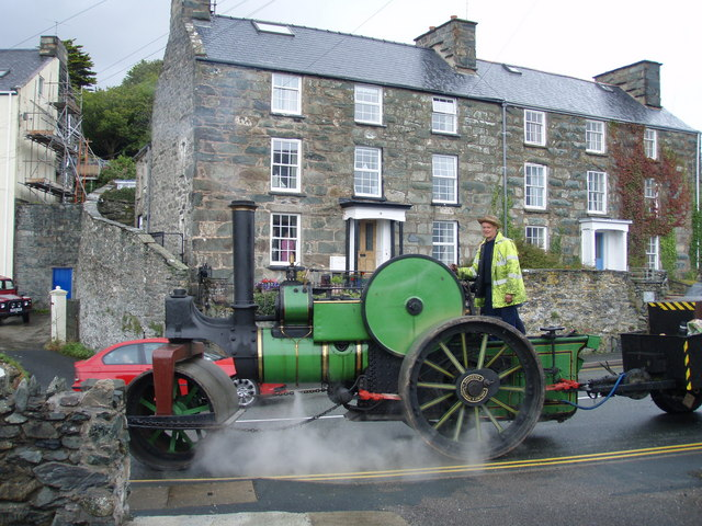 Steam Tractor passes Borthwen Terrace