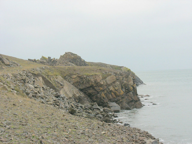 View along the sea edge towards the tip of  Penrhyn Glas