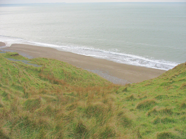 Sandy beach exposed at low tide north of the Nant Gwrtheyrn estuary