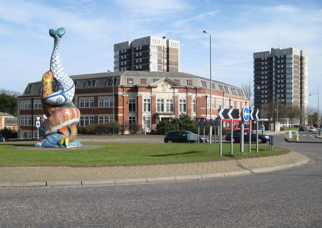 Erith: De Luci Fish Mosaic Sculpture and the Town Hall