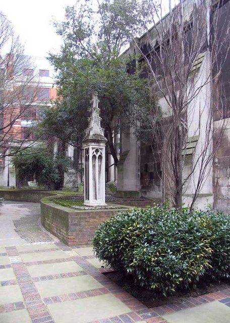 St Dunstan in the East, St Dunstan's Hill, London EC4 - Churchyard