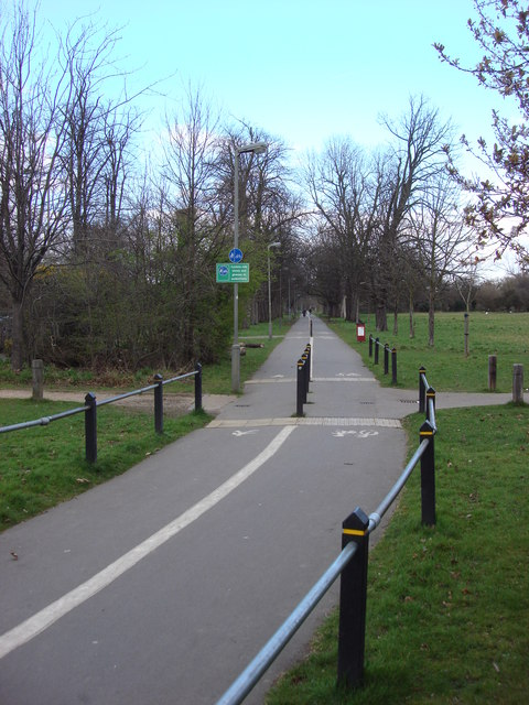 Cycle lane and footpath, Tooting Bec Common