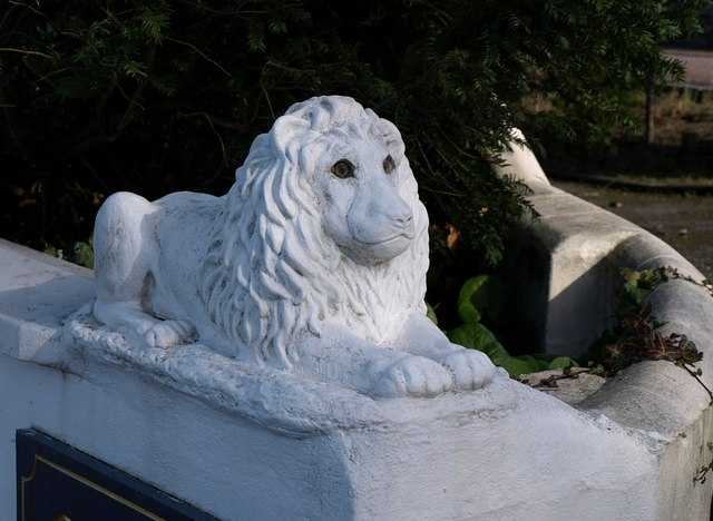 Lion on gatepost, Lincombes
