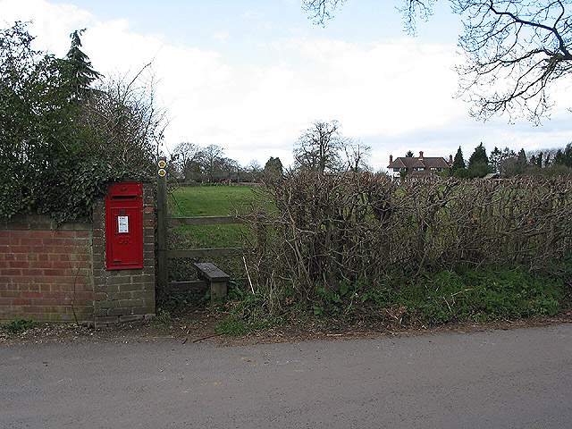 GR postbox by the footpath, Apperley