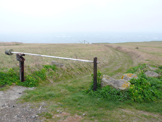 Track to Old stone pier