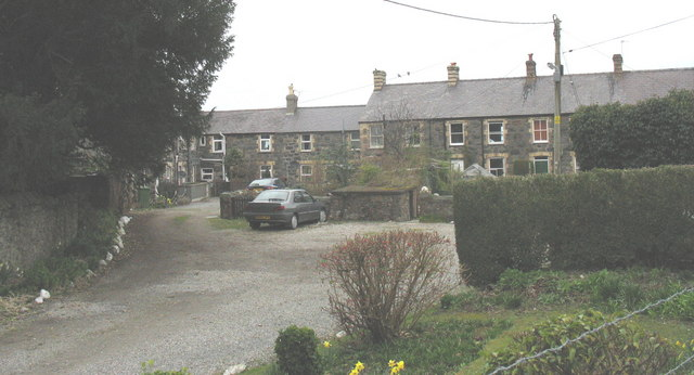 Bythynnod Dinas - cottages between the station and the churchyard