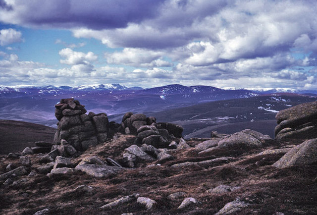 The cairn below the summit of Wester Cairn