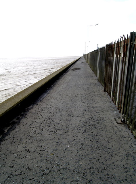 Footpath at the side of the River Humber
