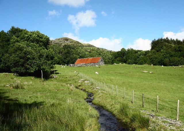 Ty gwair. Red roofed hayshed near Cors-y-garnedd