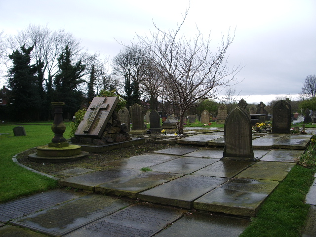 Parish Church of St Martin, Ashton upon Mersey, Graveyard