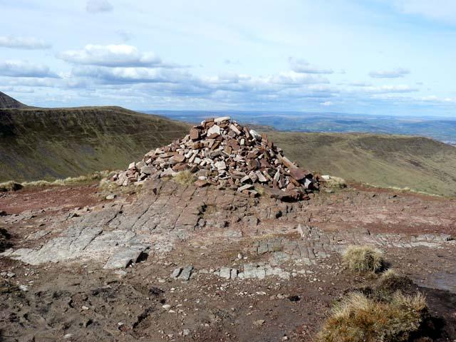 Cairn on the ridge of Craig Cwareli