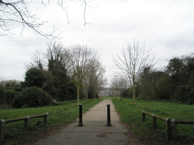 Path from opposite Vine Cottage to Portchester Coastal Park