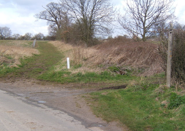 Start of footpath from a corner on Fossetts Lane, looking north