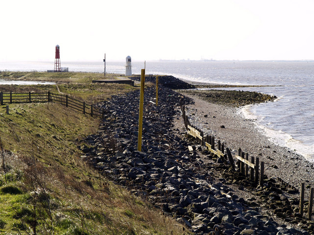 Humber Beach and small Lighthouses near Paull