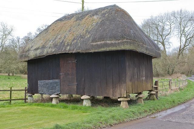 Staddle stone barn at Manor Farm, Church Lane