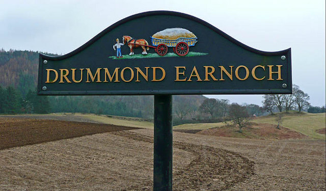Farmland and sign at Drummond Earnoch