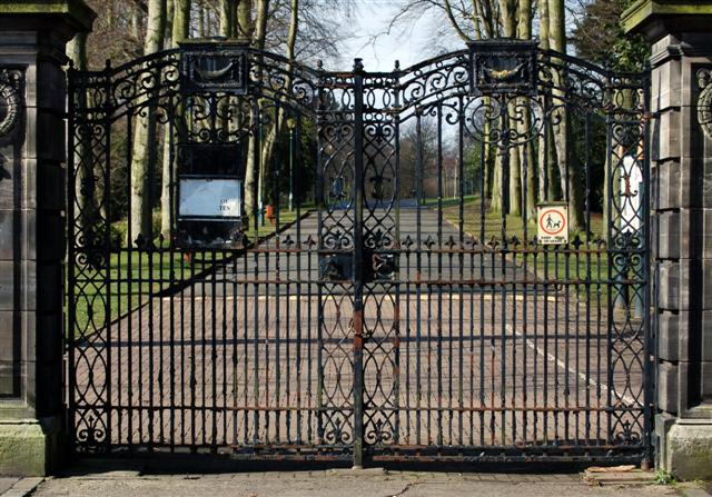 Gates of Pittencrieff Park