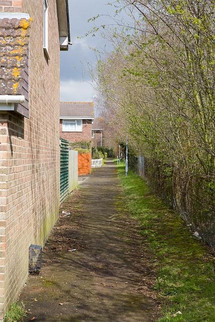 Path along the back of housing in Fieldway, Denmead