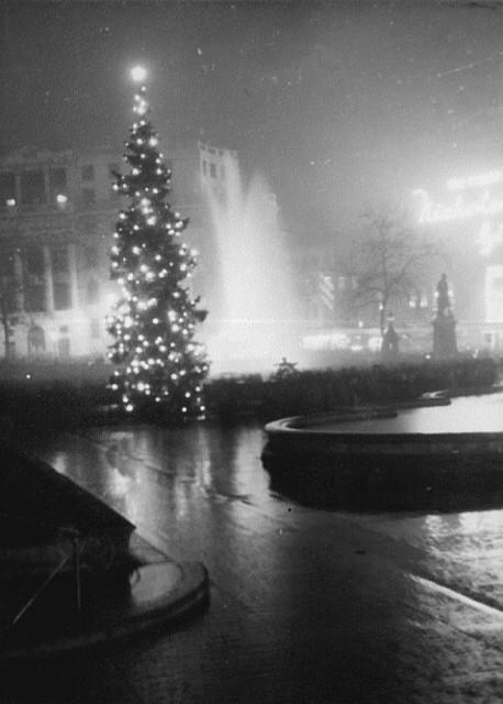 Trafalgar Square Christmas 1948