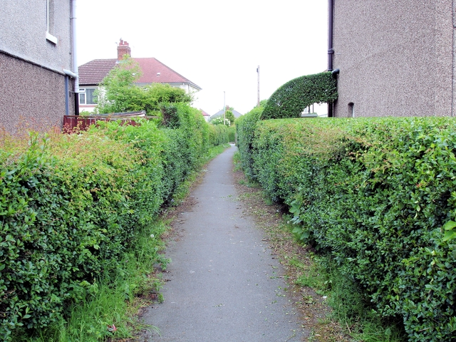 Crewe - ginnel from Underwood Lane to Pear Tree Avenue