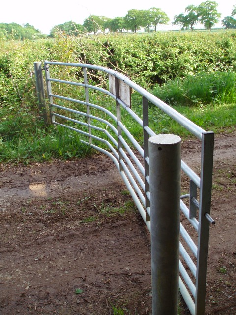Damaged gate on Banbury Lane byway