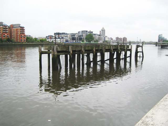 River Thames: Plantation Wharf jetty