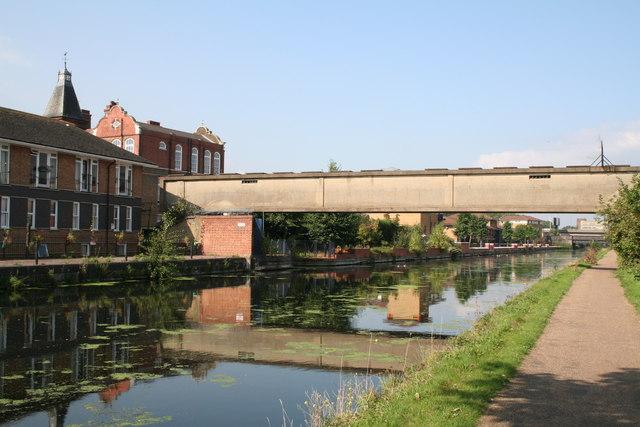 Lee Navigation: old concrete footbridge