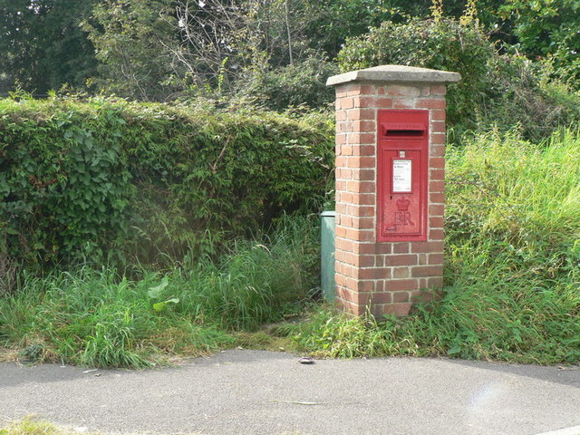 Lyme Regis: postbox № DT7 84, North Avenue