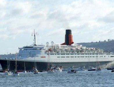 NS2777 : Queen Elizabeth 2 off Greenock by Thomas Nugent