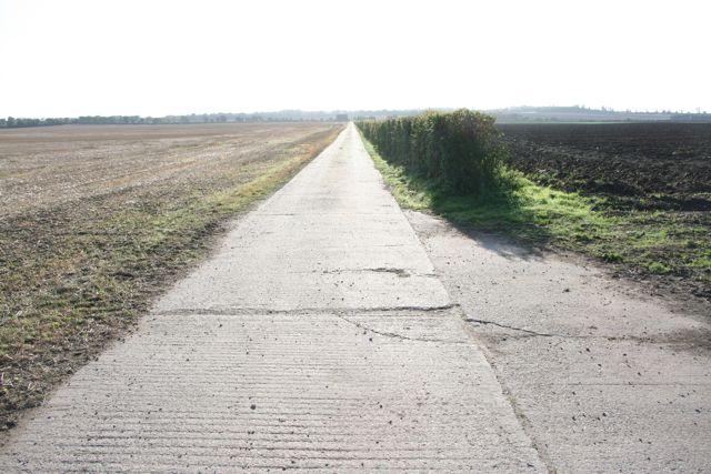 Straight concrete farm track at Pampisford