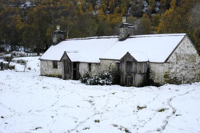Ruined cottage at Fasnakyle bridge