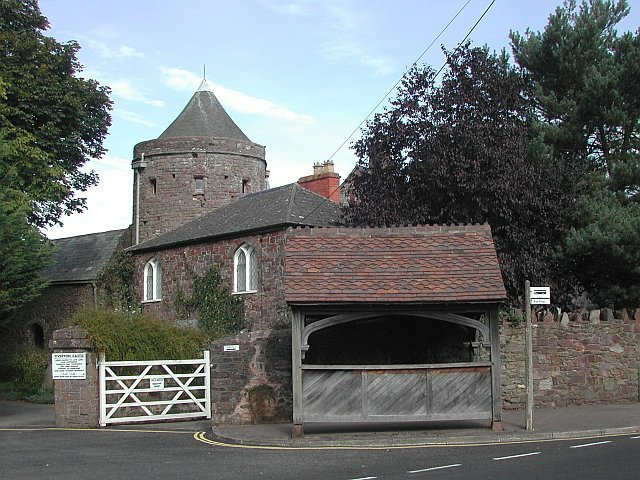 Tiverton Castle bus stop and shelter