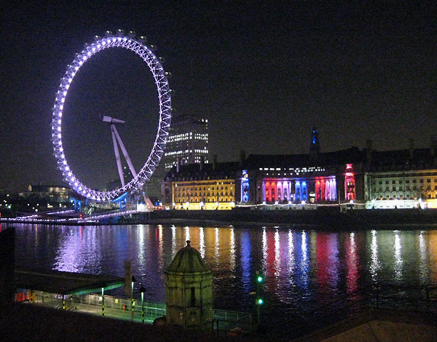 Eye across the Thames by night ...